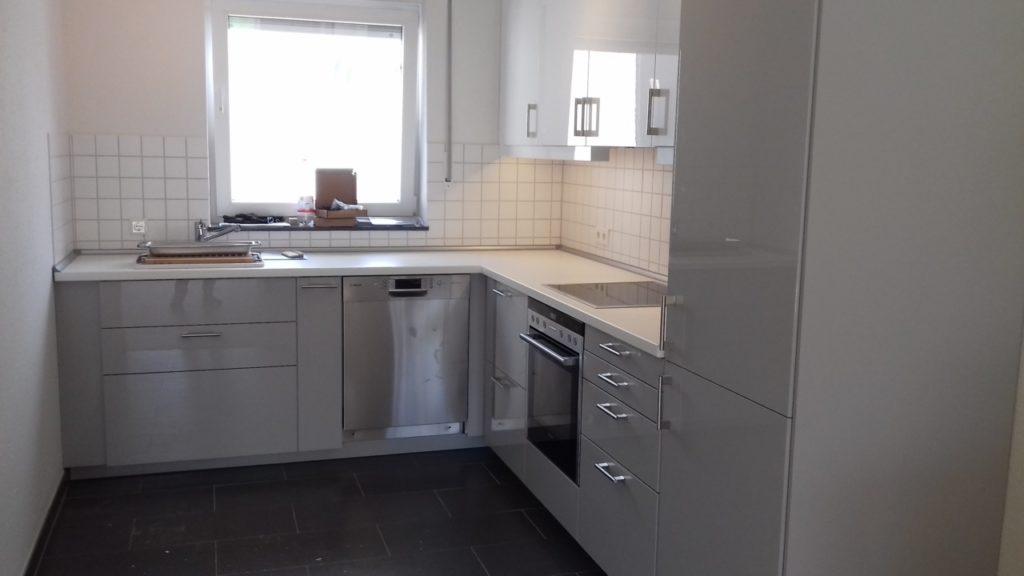 Küche Hochglanz grau/weiß inkl. Geräten – Küchen gebraucht